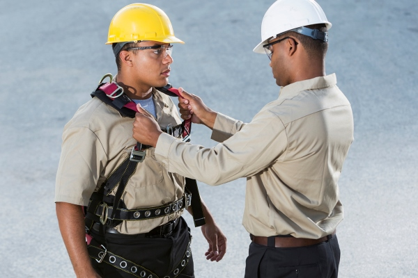Tethering_men using a fall arrest system and safety harness correctly pro